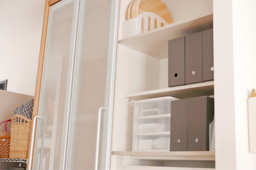食器棚に収納したファイルボックス