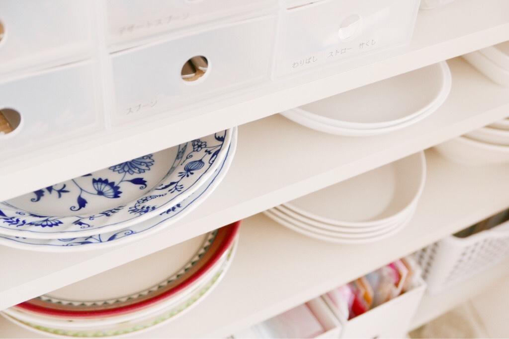 食器棚の皿収納